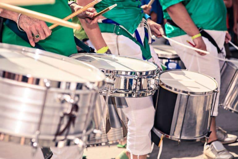 De klanken van de Caribbean steel drums galmen door de straten van Notting Hill