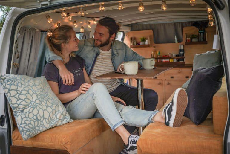 Kay en Esther van By Nomads in hun zelfgebouwde camper