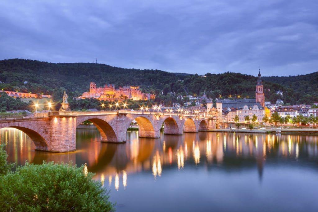 Duitse Vakantieroutes Burgenstraße Heidelberg_Entlang_der_Burgenstra├ƒe,_Alte_Neckarbr├╝cke_mit_Schloss