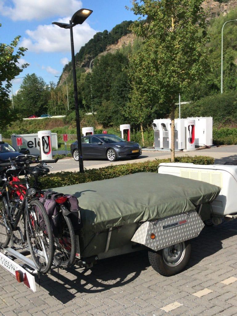 Tesla aan de supercharger en vouwwagen afgekoppeld