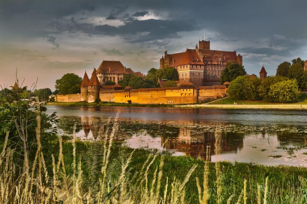 Pommeren_kasteel Malbork_HDR image of medieval castle in Malbork at night with reflection